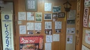 店内には著名人のサインや写真がたくさん飾られています。