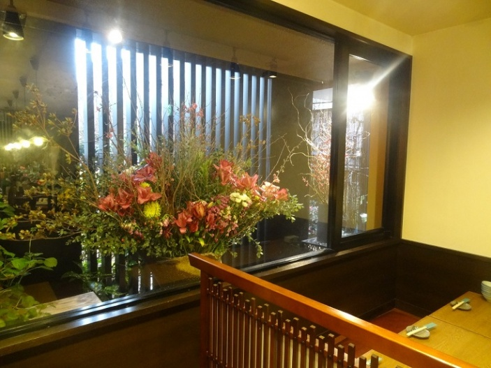 大きな出窓に活けられた生花。